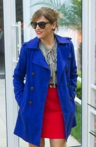 Look poderoso para trabalhar, com trench coat em ton vibrante