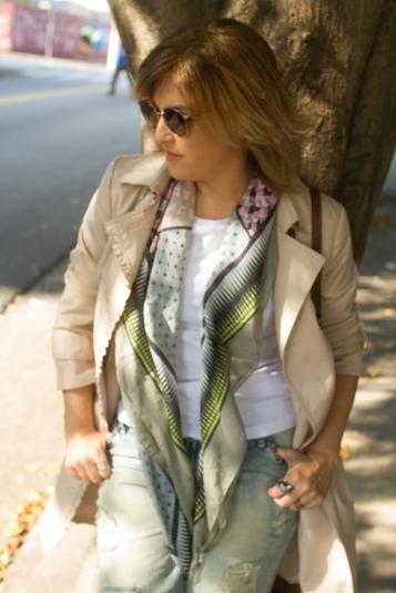 Trench coat clássico com lenço