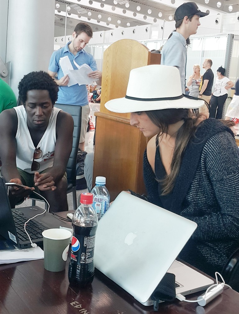 digital nomads working at the airport @pratserie