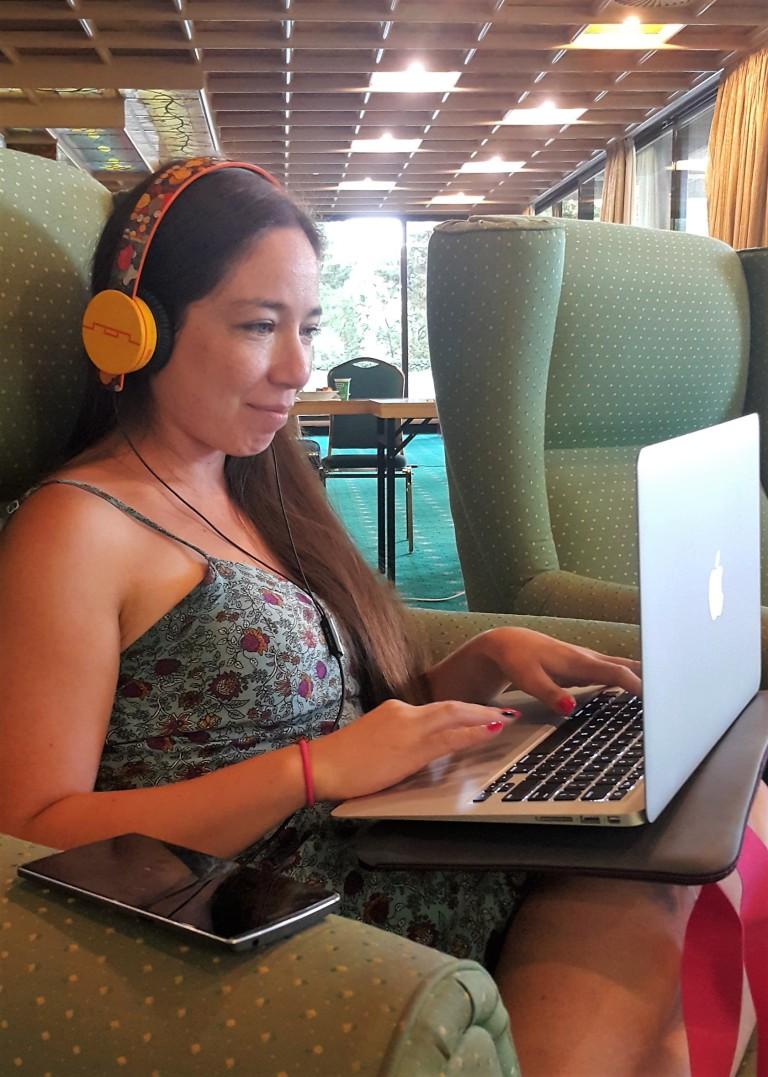digital nomad girl @pratserie