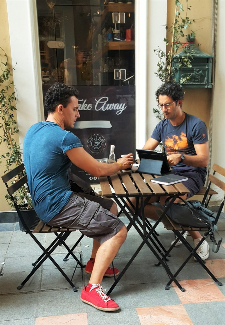 nomades digitais trabalhando em café @pratserie