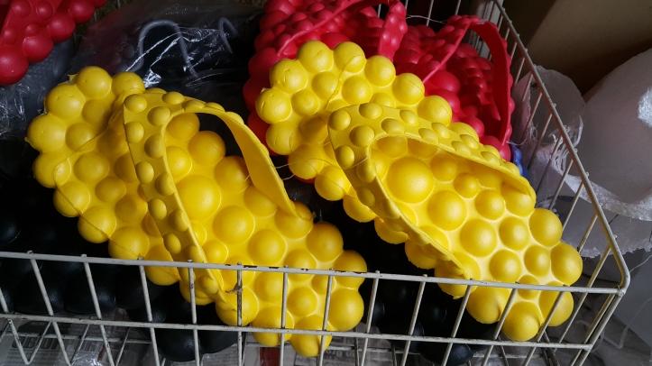 malasia curiosidades - chinelo amarelo bolhas