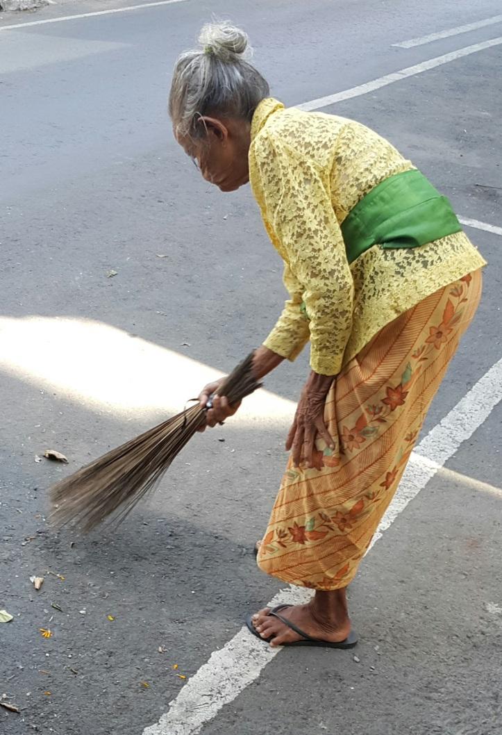 Curiosidades Bali Mulher varrendo a rua - traje típico @pratserie