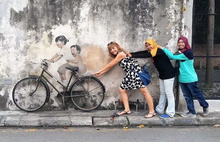 Fernanda Prats interagindo com a arte de rua Georgetown Malasya @pratserie