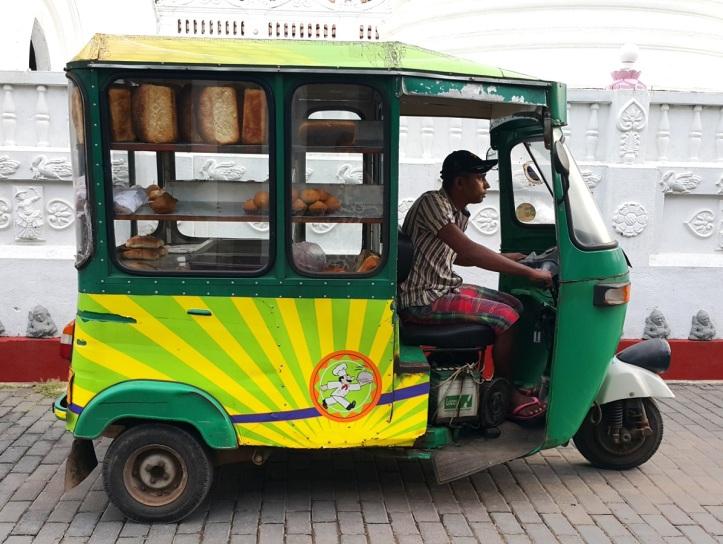 Tuktuk_seller_by_Fernanda_Prats