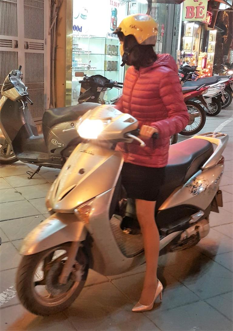 Mulher de salto alto piltotando scooter no Vietnã @pratserie