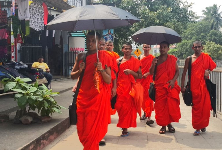 Bhuddist-monks-Sri-Lanka