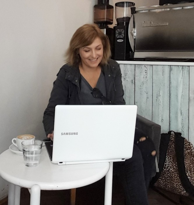 working-from-a-cafe-Fernanda-Prats-pratserie-blog