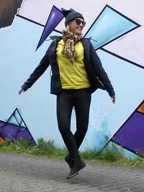 Fernanda Prats jumping selfie in Iceland @pratserie