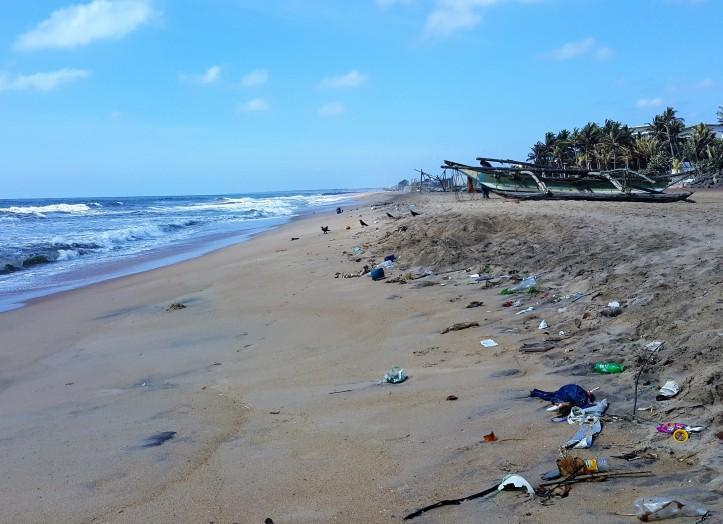 Lixo jogado na praia