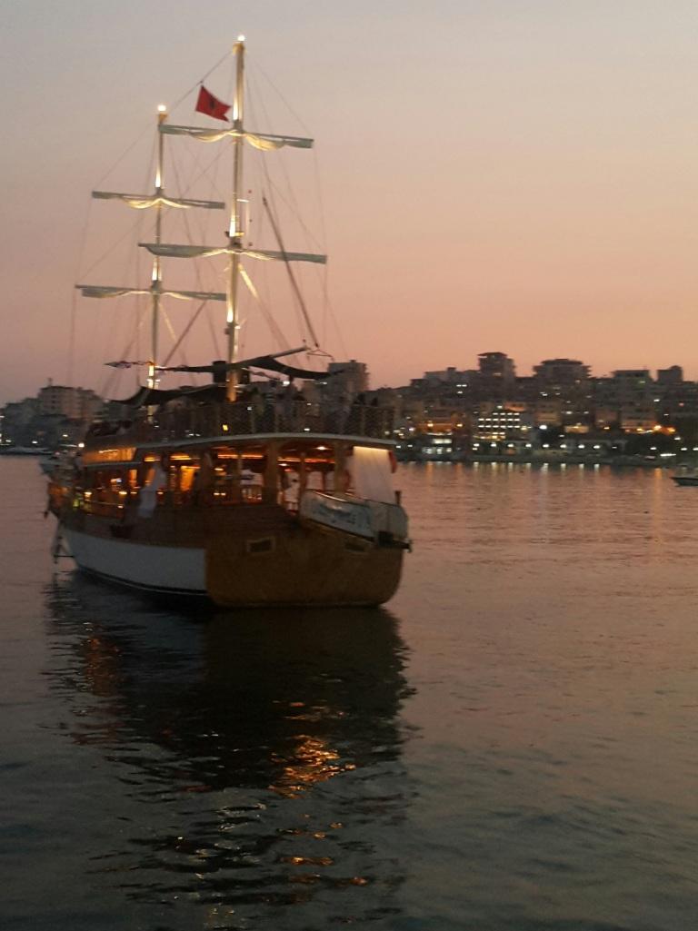 Barco vintage - Pôr de sol na Riviera Albanesa @pratserie