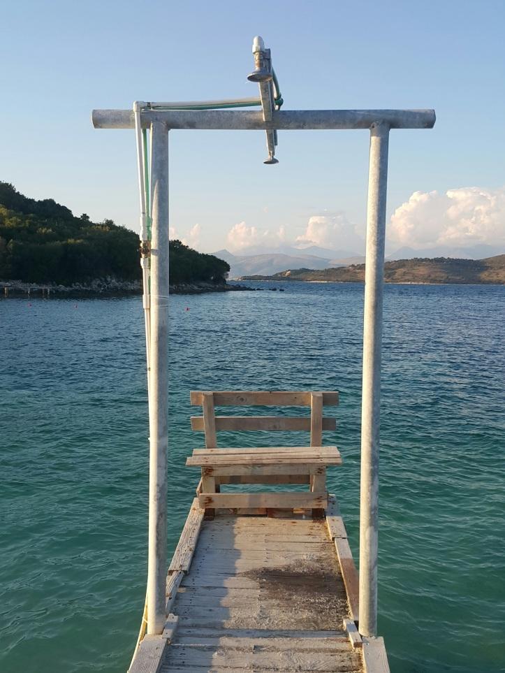 Deck com chiveiro na praia de Ksamil - Albania