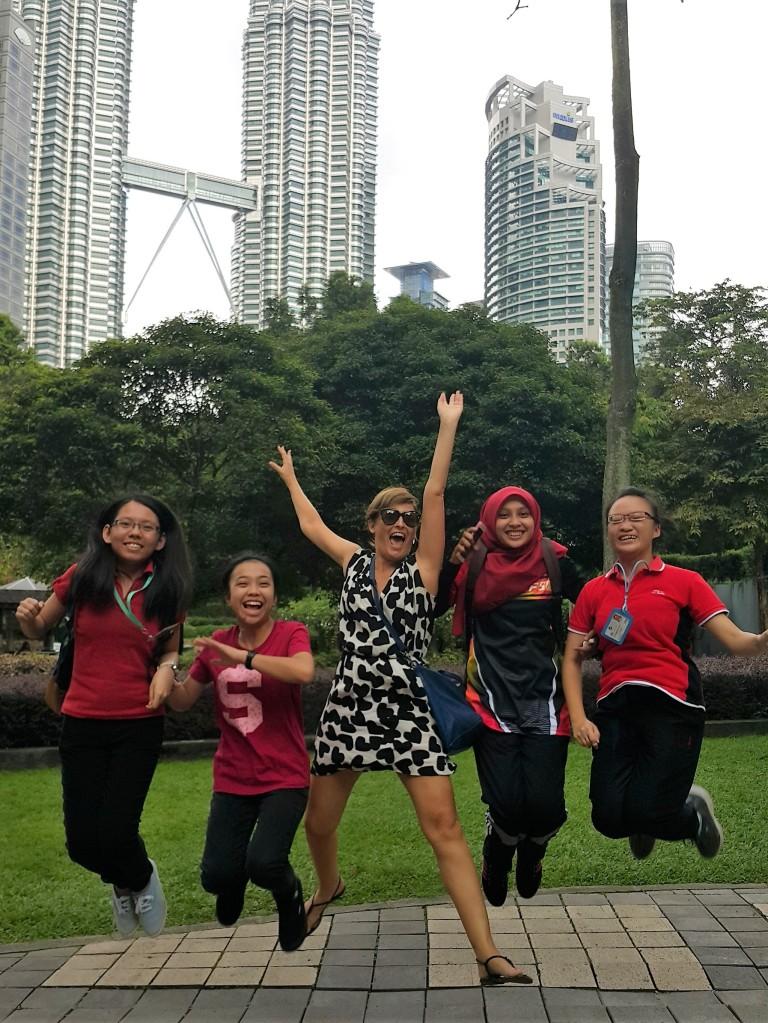 Selfie de grupo pulando em Kuala Lumpur @pratserie
