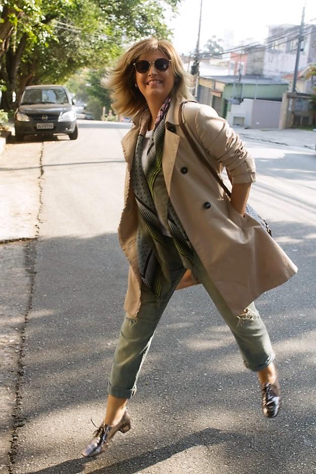 foto de Fernanda Prats pulando na rua