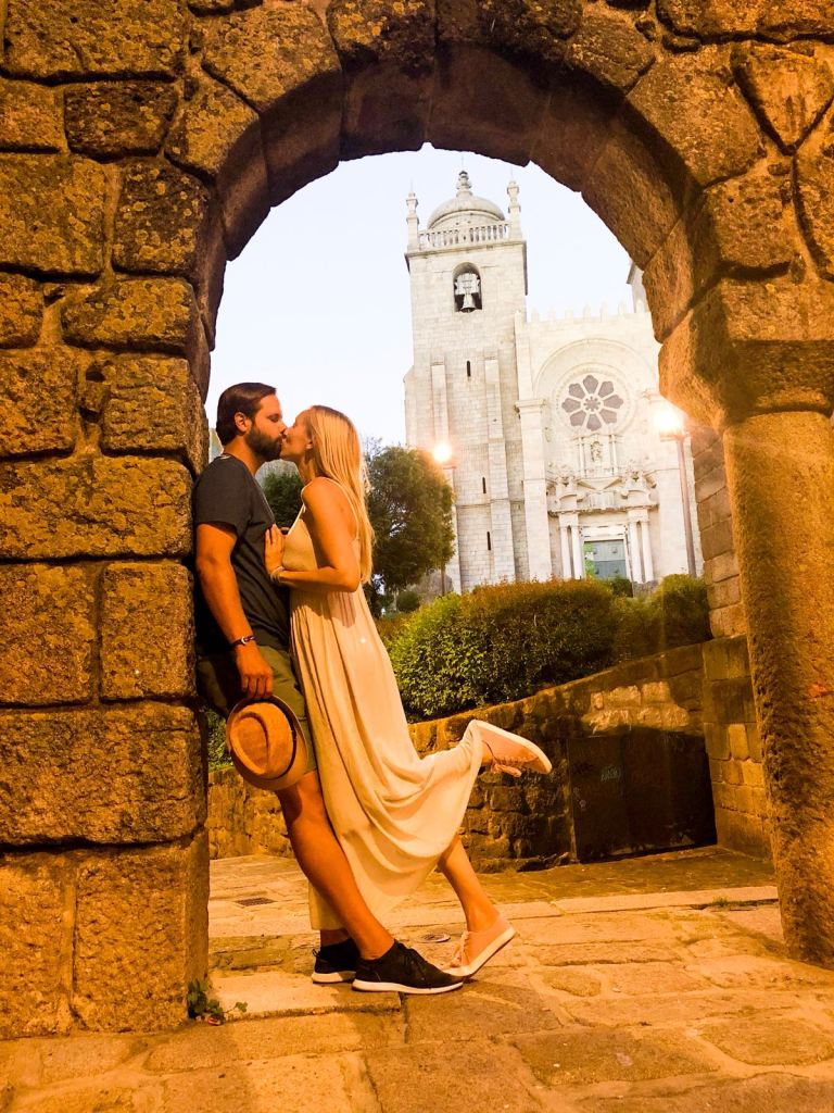 kissing-in-Portugal-@HappyNomadSouls